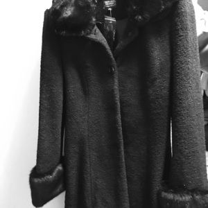 Chic black Coat with fur collar and fur cuffs